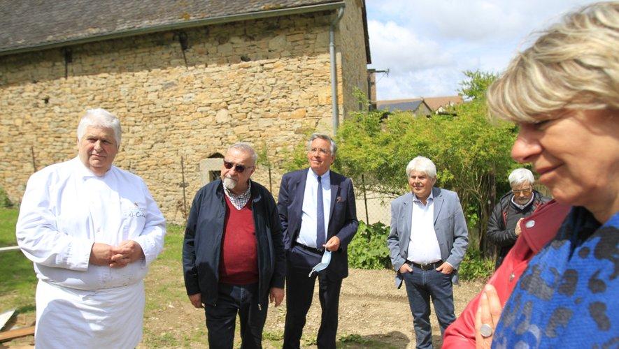Élus et techniciens attentifs aux explicationsde Jacques Carles.