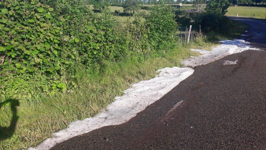 De la grêle était encore visible ce matin, samedi 13 juin, sur le bord des routes du côté de Vitrac-en-Viadène.