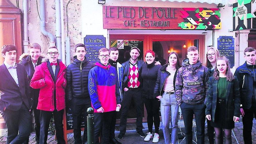 """Les lycéens encadrent Guillaume Lacarrière et Oriane Journeau devant leur restaurant """"Le Pied de Poule""""."""