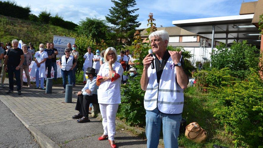 À Millau (à gauche), comme à Saint-Affrique, les syndicats et militants ont pris la parole pour dénoncer les conditions de travail du personnel.