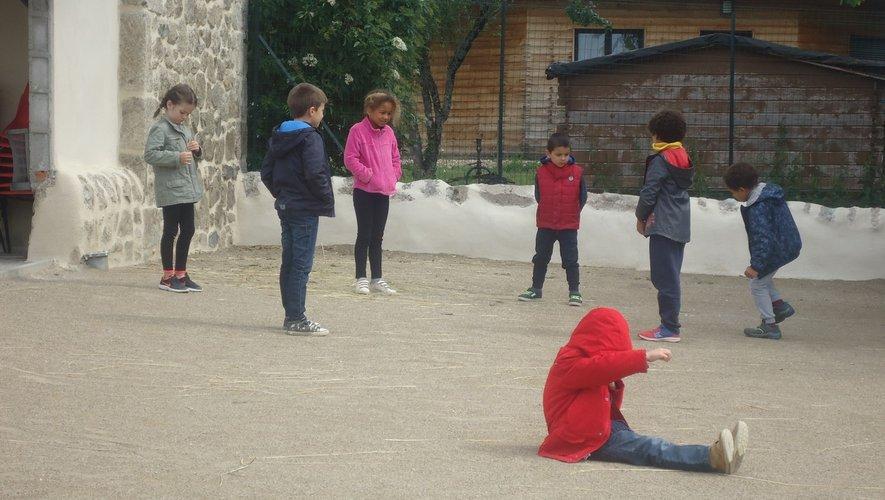 Les enfants inventent des jeux