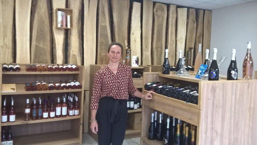 Karine dans sa boutique à vins.