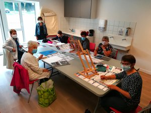 Les participantes lors de  l'atelier d'arts plastiques vendredi dernier.