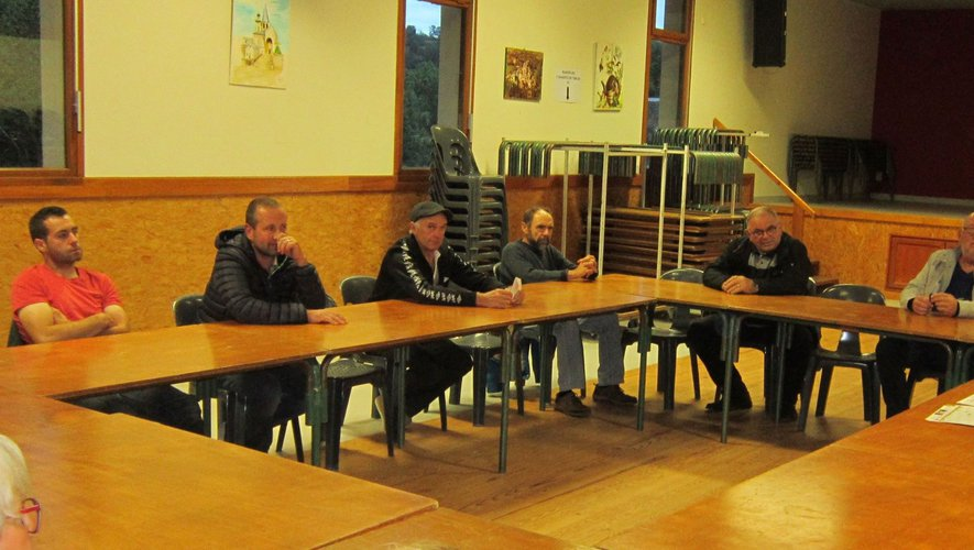Les membres ont fait le point au cours d'une petite réunion.