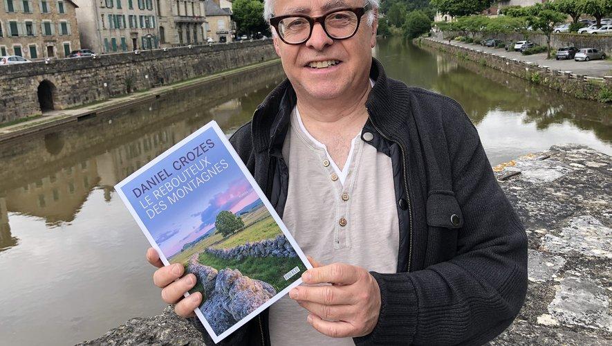 """L'écrivain Daniel Crozes présente son tout dernier livre, """"Le Rebouteux des montagnes""""."""