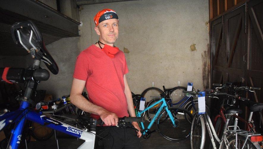 """Mister vélo, heureux de voir """"tous ces vélos repartir pour une seconde vie""""."""
