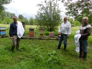 Jean-Pierre Mangé, Jacques Alet et Roland Cazes sont aux petits soins des abeilles du rucher santé.