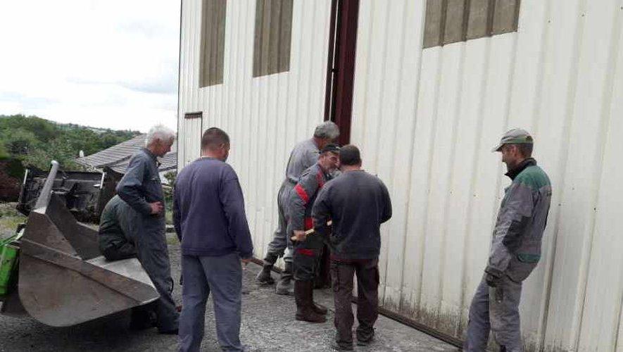Réparation du portail du hangar.