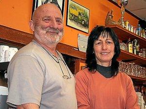Jean-Pierre Garcia avec son épouse Chantal derrière le bar des Chemins Gourmands.