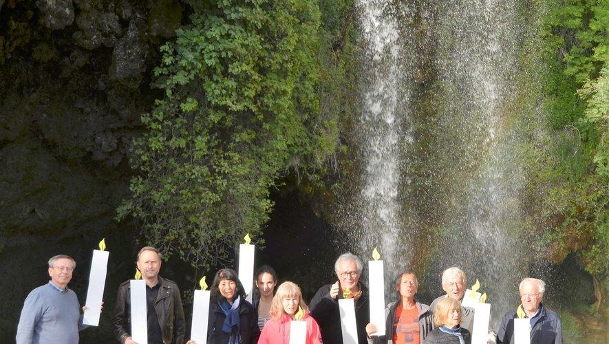 Le 18 juin 2020, dix habitants du village ont voulu marquer symboliquement, bougie en main, les dix années de mobilisation pour la sauvegarde du site de la cascade de Salles-la-Source.