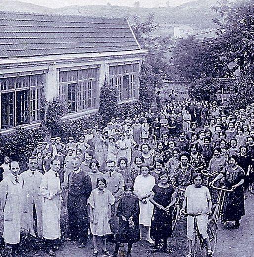 Une photo de famille entre directeurs et ouvriers devant la Maison.