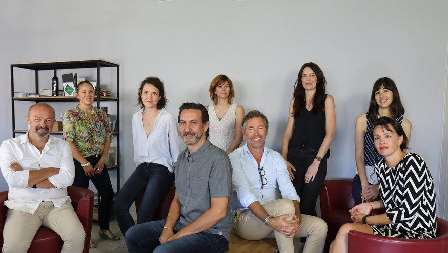 L'Aveyronnais Geoffrey Mazars (au 1er plan, au milieu, avec la chemise grise), entouré de l'équipe au grand complet, dont le président Cédric Braida (à gauche)  et le directeur commercial Jean-Maxime Caërou, est le directeur artistique de l'agence de communication Trait d'union, située tout près de Montpellier.