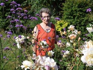 Marie-Jo Desblats dans le dernier de ses jardins aux allées de massifs très colorés.