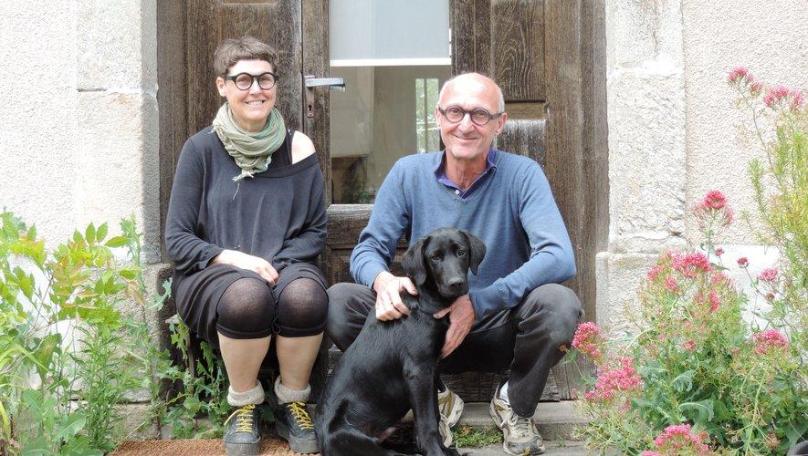 Violaine Ulmer et Andreas Grau devant l'ancienne école privée de La Salvetat-Peyralès, leur nouvelle maison et… atelier.