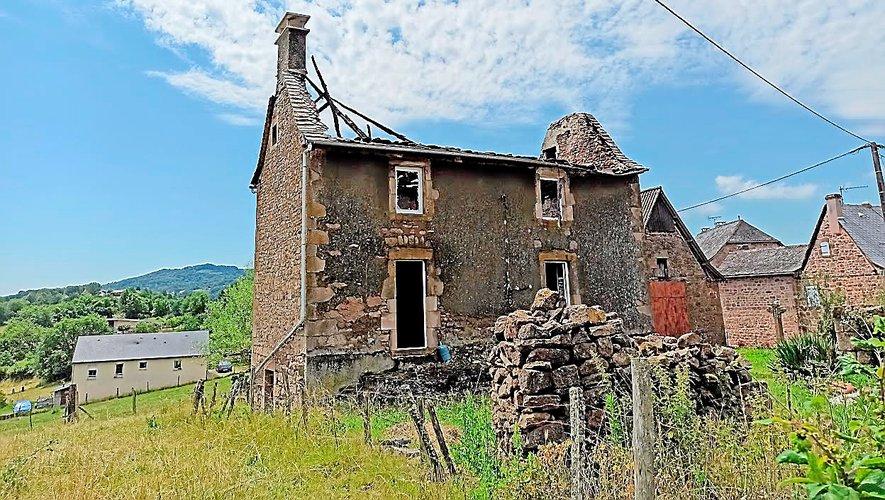 Au lieu-dit Hymes, sur la commune d'Auzits, une maison secondaire inhabitée, en cours de rénovation,  a été détruite par l'incendie provoqué par la chute de la foudre.