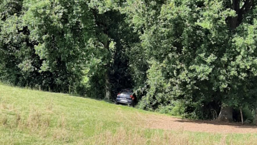 La voiture a terminé sa course au bout du champ.