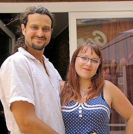 Romain et Sandrine proposent un voyage avec les bières du monde.