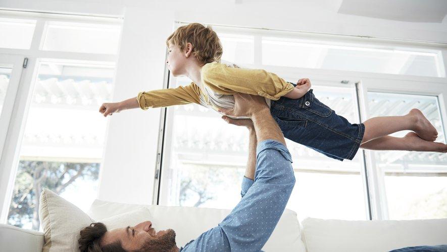 Les pères auraient tendance à privilégier les jeux plus physiques, comme les chatouilles ou les courses-poursuites.