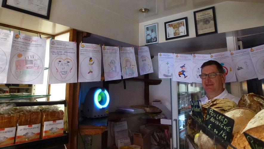 Les dessins sont exposés dans la boulangerie.