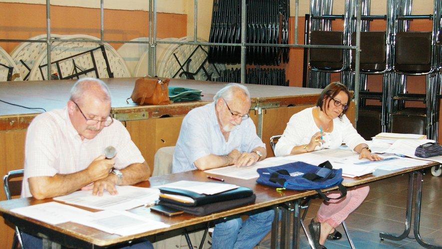 Au centre le maire Michel Raffi avec à ses côtés la DGS Anne Delmon et le grand argentier de la cité thermale, Michel Cannac.