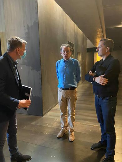 Gad Elmaleh et le maire Chrisitian Teyssèdre en compagnie du directeur adjoint du musée, Christophe Hazeman
