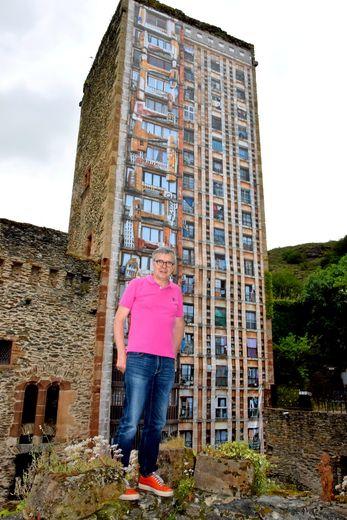 Le photographe plasticien, Stéphane Couturier devant son œuvre gigantesque, la tour totem de la Cité du bonheur à Alger, construite par Pouillon, en 1954.