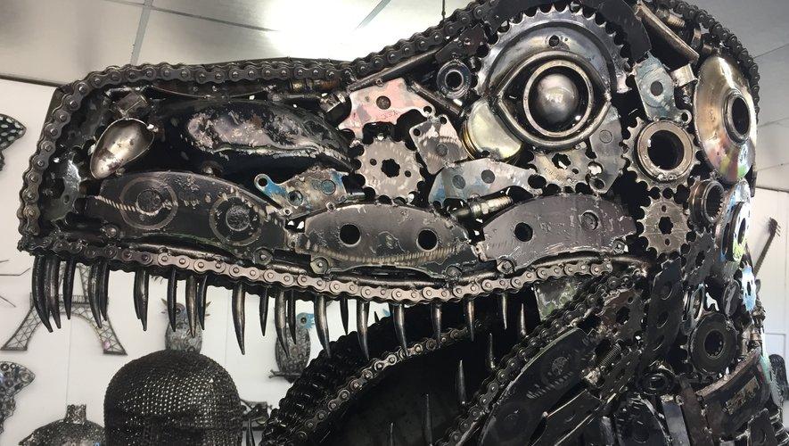 Vu de près, on remarque les pièces mécaniques qui sont à la base des sculptures sur métal.