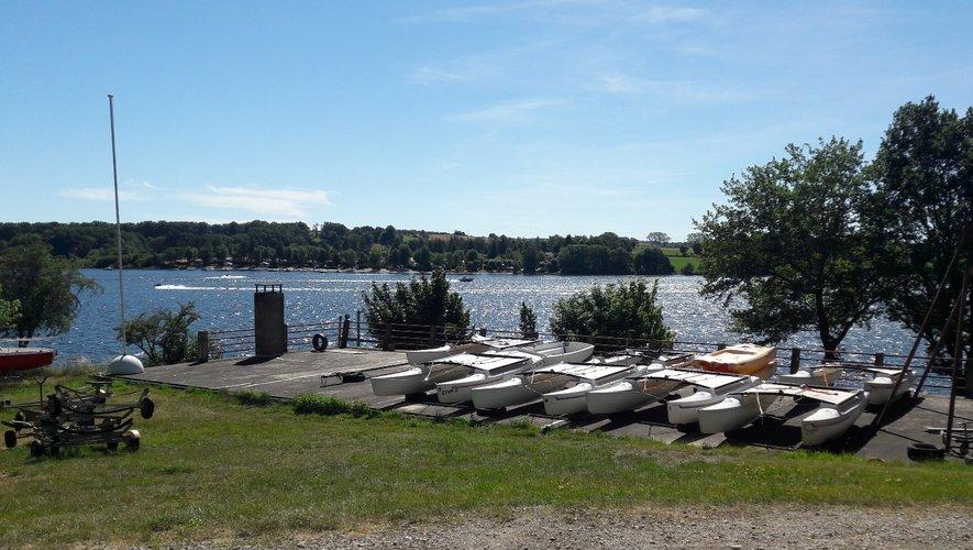 Optimist, catamarans et dériveurs sont sagement alignés sur la pelouse,  l'école de voile est fermée.