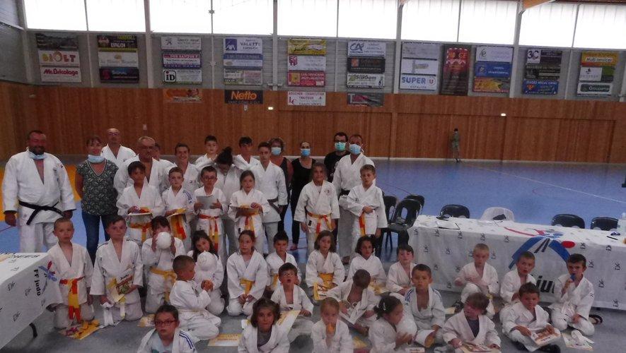 À l'honneur, les jeunes judokas qui ont reçu leur ceinture