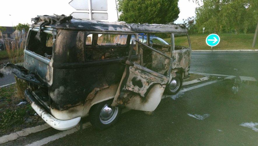 Le véhicule a été détruit par les flammes.