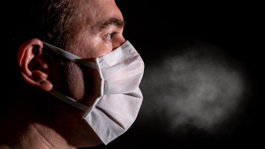 L'OMS et d'autres organismes sanitaires estiment que le coronavirus est principalement transmis par des gouttelettes projetées par la toux, l'éternuement et la parole directement sur le visage de personnes à proximité