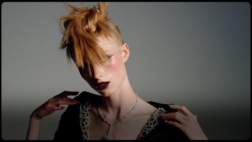 Chanel a dévoilé une collection un brin punk à l'occasion de la semaine de la haute couture digitale.