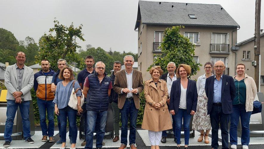 De gauche à droite :  Henri Salvan, Vincent Alazard, Michèle Lutrand, les représentants du Smictom et de la municipalité.