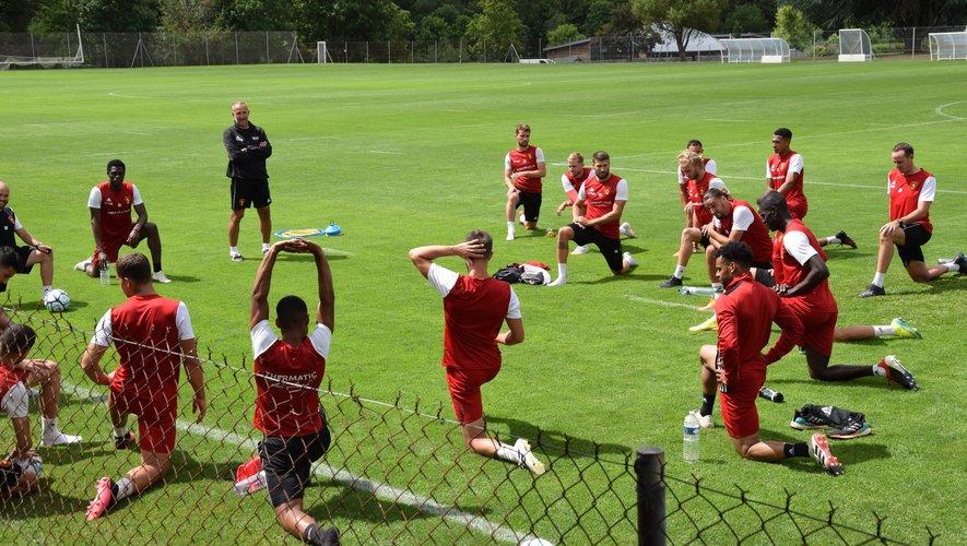 Laurent Peyrelade (en noir),  en train de diriger la première séance d'entraînement de la saison, vendredi dernier.