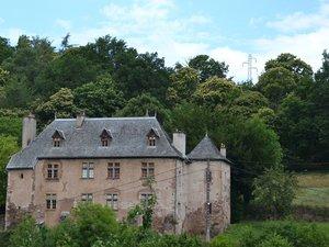 Le château domine la Mouline.