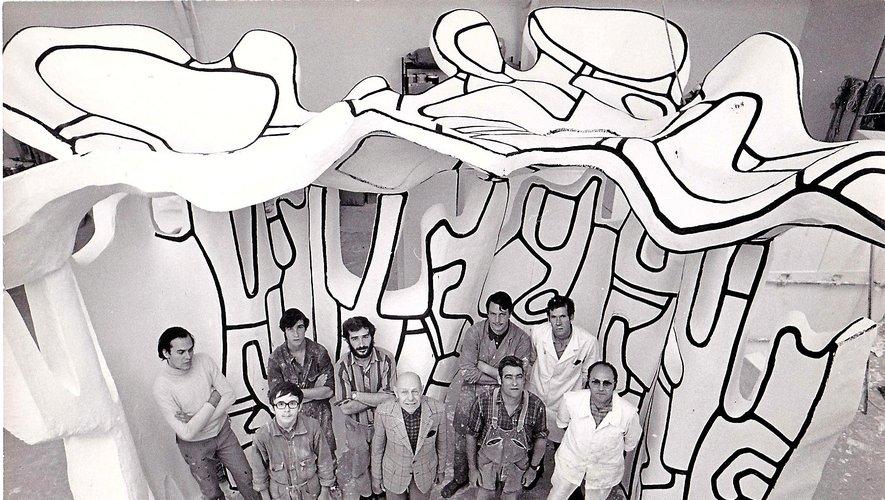 Christian Beaumel (au 2e rang, 3e en partantde la gauche) avec l'équipe de Jean Dubuffet(au centre avec la veste) dans l'atelier de Périgny.