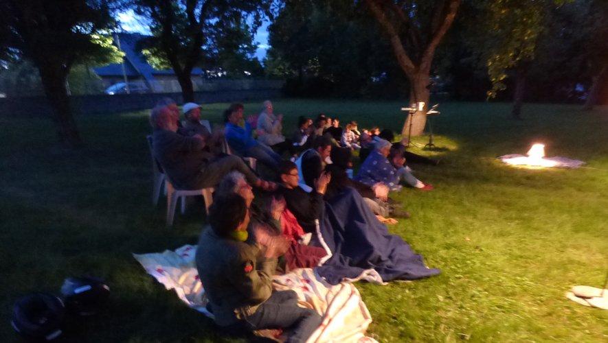 les spectateurs assis dans l'herbe.