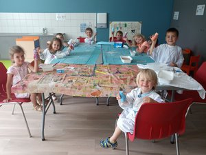 Les enfants participant à l'atelier récup-création animé par Marionet Julie.