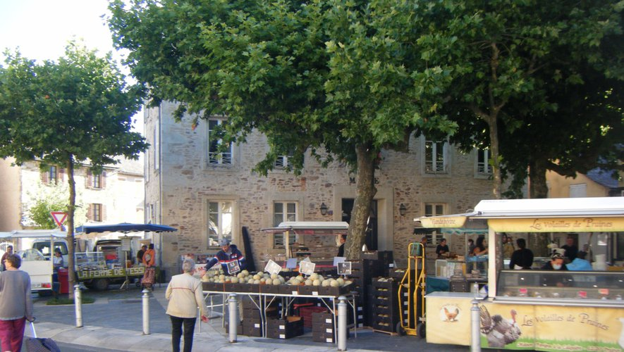 Le petit marché des producteurs,  place de la Mairie.
