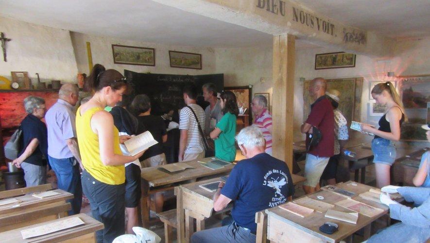 Visite d'une ancienne salle de classe reconstituée.