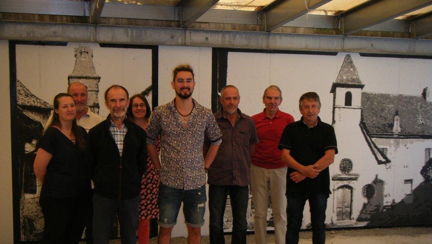 Rémy Viguié et les élus municipaux devant les peintures du jeune artiste.