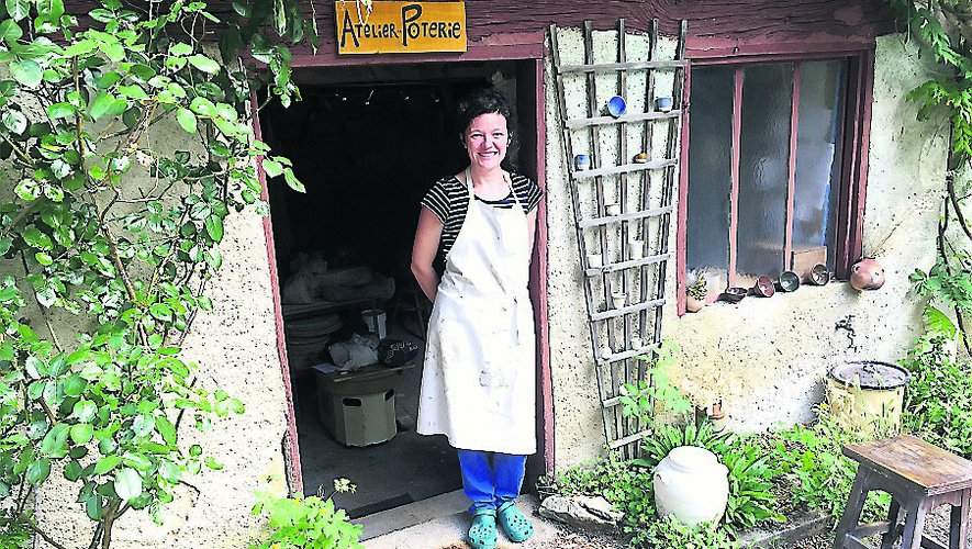 Amélie devant son atelier.