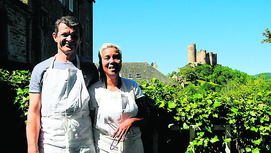 Nicolas et Maryse Rigalsur leur Terrasse avec vue imprenable sur la forteresse.