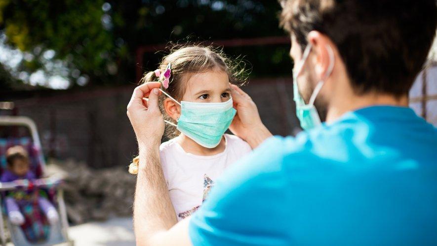 La France devrait rendre obligatoire le port du masque dans tous les lieux publics clos pour enrayer l'épidémie de nouveau coronavirus.