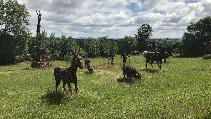 Dans son jardin collé à son atelier, André Debru expose ses sculptures avant qu'elles soient prises par leurs propriétaires.