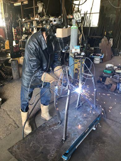 André Debru forge sa passion dans le métal