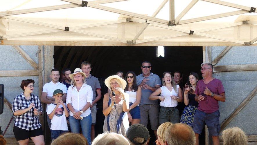 La famille réunie avec l'équipedu Strapotin en chantant.
