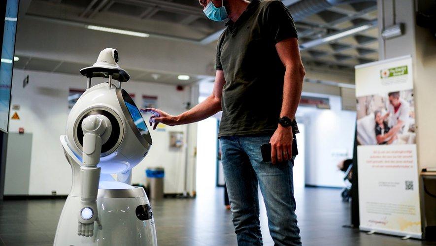 En Belgique, un robot semi-humanoïde était programmé pour prendre la température des visiteurs de l'hôpital.