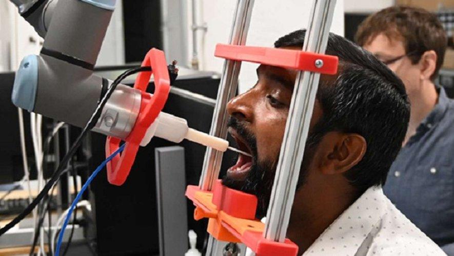 Au Danemark, des robots opèrent des prélèvements naso-pharyngés pour détecter les malades du Covid-19.