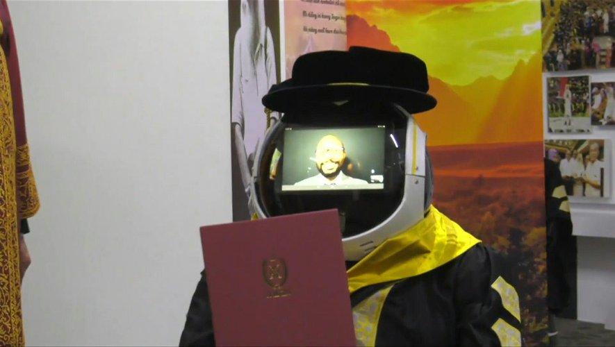En Malaisie, des robots représentent les étudiants lors des cérémonies de remises de diplômes.